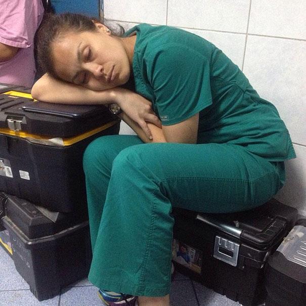 medical-resident-sleeping-overworked-doctors-mexico-yo-tambien-mi-dormi-11