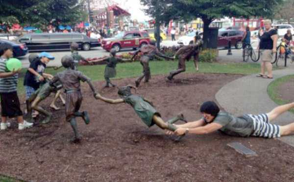 people-having-fun-with-statues-10