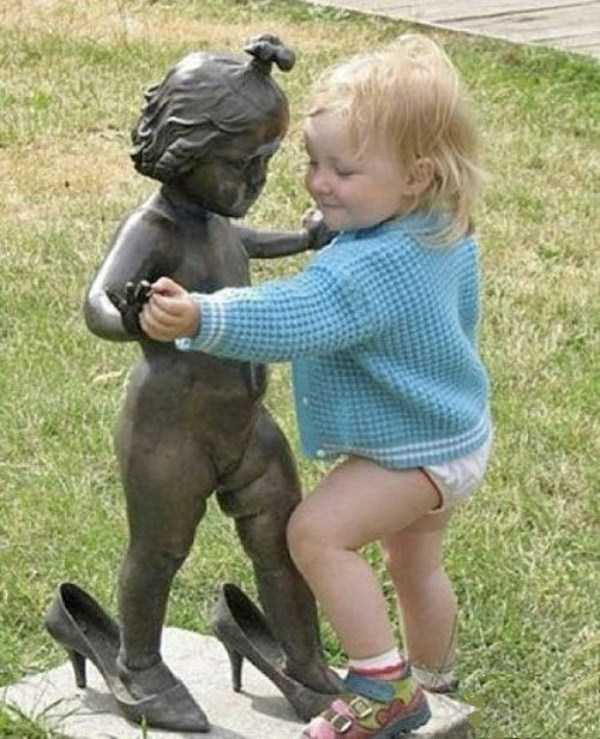people-having-fun-with-statues-13