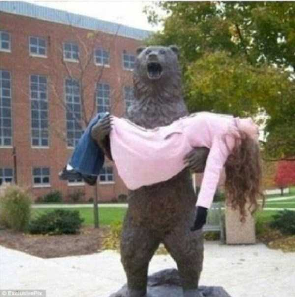 people-having-fun-with-statues-17