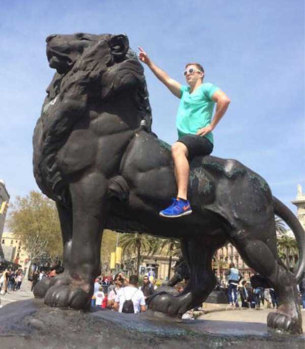 people-having-fun-with-statues-4