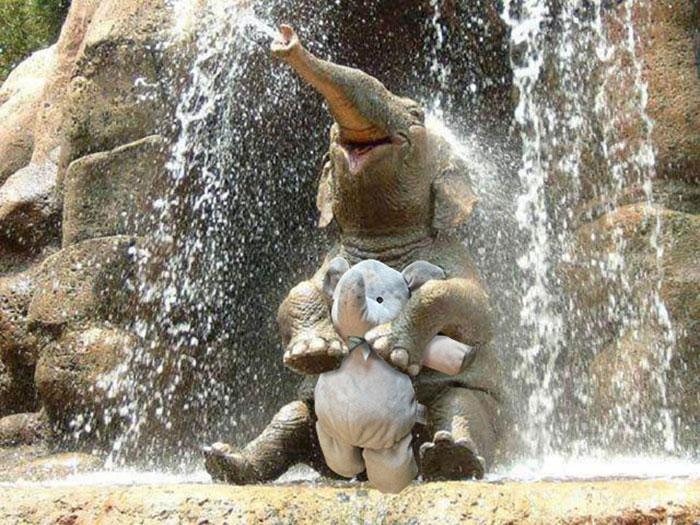 lost-toy-elephant-travels-around-world-photoshop-battle-4